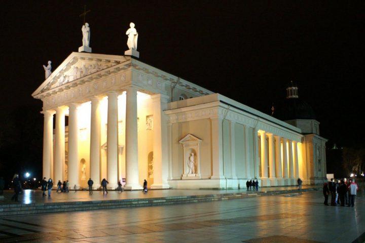 Katedra_pagr_fasadas_naktis